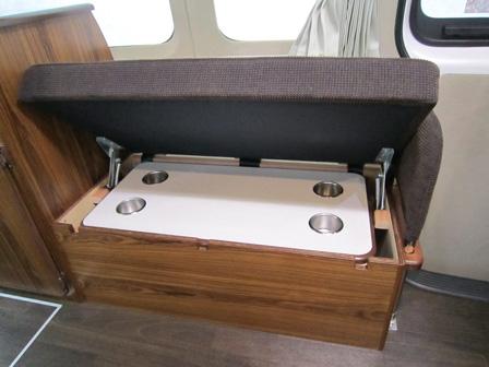 シート下収納庫